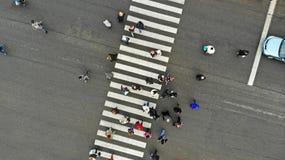 Forma de vida urbana La gente aprieta en paso de peatones peatonal Paso de cebra, visi?n superior foto de archivo libre de regalías
