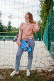 Forma de vida urbana de la juventud del deporte de la muchacha presumida del patinador Fotos de archivo