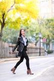 Forma de vida viva urbana de la ciudad de la mujer joven de la moda Foto de archivo libre de regalías