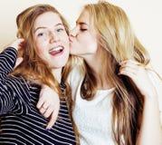 Forma de vida y concepto de la gente: Forme el retrato de dos mejores amigos atractivos elegantes de las muchachas, sobre el fond Fotos de archivo