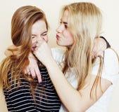 Forma de vida y concepto de la gente: Forme el retrato de dos mejores amigos atractivos elegantes de las muchachas, sobre el fond Fotos de archivo libres de regalías