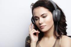 Forma de vida y concepto de la gente: Mujer joven con el liste de los auriculares Imagen de archivo