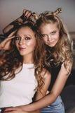 Forma de vida y concepto de la gente: Retrato de la moda de dos mejores amigos elegantes de las muchachas que llevan las faldas d Fotos de archivo libres de regalías