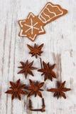Forma del árbol de navidad hecha del anís y del pan de jengibre adornado en viejo fondo de madera Fotografía de archivo libre de regalías