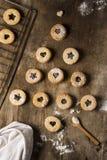 Forma del árbol de navidad de las tortas rústicas lindas en fondo de madera marrón Concepto del día de fiesta Fotos de archivo