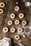 Forma del árbol de navidad de las tortas rústicas lindas en fondo de madera marrón Concepto del día de fiesta Imágenes de archivo libres de regalías