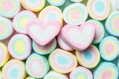Forma del amor de melcochas en backgr colorido del marshmellow Imagenes de archivo