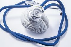 Forma del cerebro humano como órgano, que es jefe del estetoscopio Imagen para la protección, la investigación, la diagnosis y el foto de archivo libre de regalías