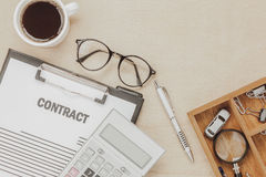 Forma del contrato del negocio de la visión superior con las lentes del café Fotografía de archivo