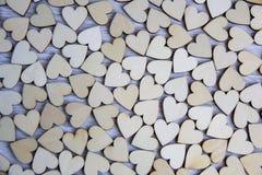 Forma del corazón del árbol natural Ame el concepto del tema con los corazones de madera para el fondo del ` s de la tarjeta del  Foto de archivo libre de regalías