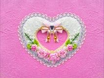 Forma del corazón artificial del documento de la flor de la rosa del rosa sobre fondo rosado del color foto de archivo libre de regalías