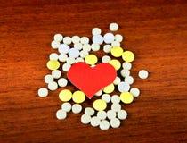 Forma del corazón con las píldoras Imagen de archivo libre de regalías