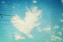 Forma del corazón de la nube en el cielo azul Fotos de archivo
