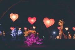 Forma del corazón de las linternas de la ejecución en un festival ligero en la isla de Bali, Indonesia Foto de archivo libre de regalías