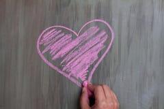 Forma del corazón del dibujo de tiza imagenes de archivo