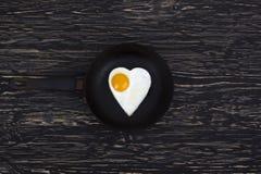 Forma del corazón del huevo frito en la cacerola Foto de archivo libre de regalías