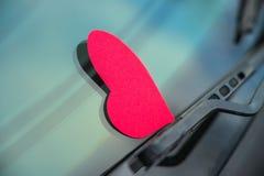 Forma del corazón en la ventanilla del coche Imágenes de archivo libres de regalías