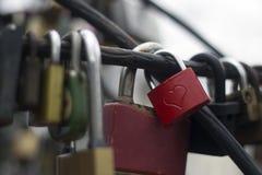 Forma del corazón en una cerradura roja del amor fotos de archivo