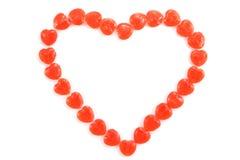 Forma del corazón hecha de los caramelos aislados en el fondo blanco Imágenes de archivo libres de regalías