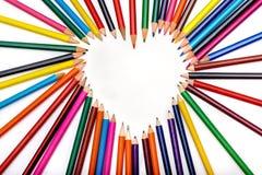 Forma del corazón hecha fuera de los lápices en el fondo blanco Fotografía de archivo