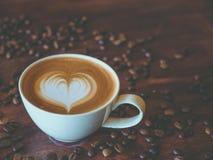 Forma del corazón del modelo del arte del latte del café, visión superior fotos de archivo