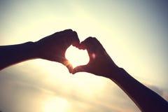 Forma del corazón que hace de manos imagen de archivo