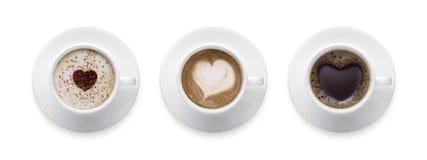 Forma del corazón, símbolo del amor en la taza de café caliente negra, muestra del amante encendido Imagen de archivo libre de regalías