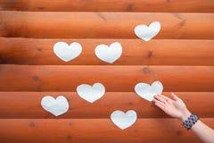 Forma del coraz?n del ?rbol natural Forma preciosa del coraz?n por los peque?os corazones de madera en la tabla de madera r?stica imágenes de archivo libres de regalías