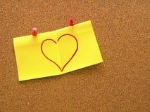 Forma del corazón dibujada en dos notas de post-it Fotografía de archivo libre de regalías