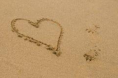 Forma del cuore assorbita la sabbia Fotografia Stock