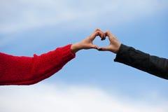 Forma del cuore che è fatta insieme dalle mani umane Immagine Stock