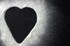 Forma del cuore della farina bianca di concetto di giorno di biglietti di S. Valentino su backround nero Fotografie Stock Libere da Diritti
