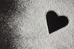 Forma del cuore della farina bianca di concetto di giorno di biglietti di S. Valentino su backround nero Immagini Stock Libere da Diritti