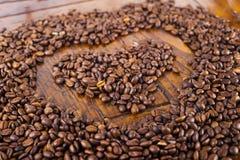 Forma del cuore e chicchi di caffè Immagini Stock Libere da Diritti