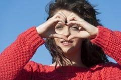 Forma del cuore fatta dalla giovane donna caucasica Fotografia Stock Libera da Diritti