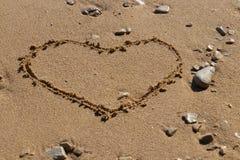 Forma del cuore nella sabbia fotografia stock libera da diritti