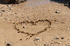 Forma del cuore nella sabbia fotografie stock