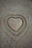 Forma del cuore nella sabbia sulla spiaggia Vista superiore verticale immagini stock libere da diritti