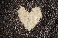 Forma del cuore sui chicchi di caffè del mucchio immagine stock
