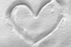 Forma del cuore sulla neve immagini stock