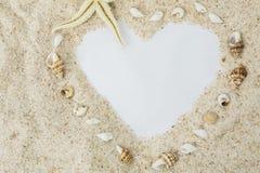 Forma del cuore sulla spiaggia di sabbia fotografia stock