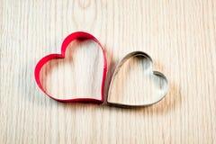 Forma del cuore sulla tavola di legno Fotografie Stock Libere da Diritti