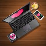 Forma del cuore sullo schermo e sul telefono cellulare del computer portatile con il tè del limone Fotografia Stock Libera da Diritti