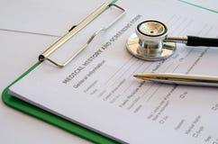 Forma del historial médico y el estetoscopio de un doctor Fotografía de archivo