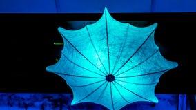 Forma del paraguas de la iluminación de las pequeñas lámparas en la noche Imagen de archivo