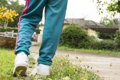 Forma del piede dietro di ragazzo nel parco L'esercizio o la festa del fondo e si rilassa Immagini Stock Libere da Diritti