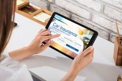 Forma del seguro de Filling The Car de la empresaria en la tableta de Digitaces imagen de archivo libre de regalías