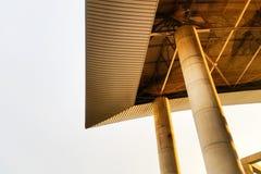 Forma della cima esteriore del tetto con il fondo della luce del sole Fotografia Stock