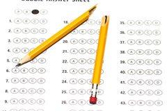Forma della prova standardizzata con le risposte e una matita rotta Immagini Stock