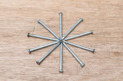Forma della stella dei chiodi su fondo di legno Fotografia Stock Libera da Diritti